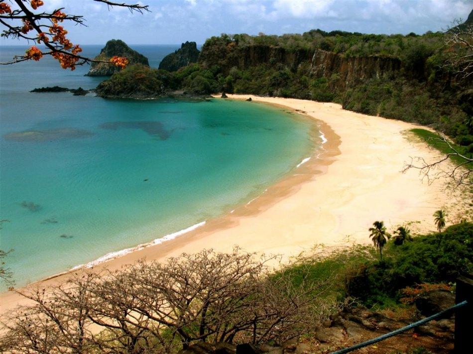 Baía do Sancho, praia no local mais preservado do Brasil