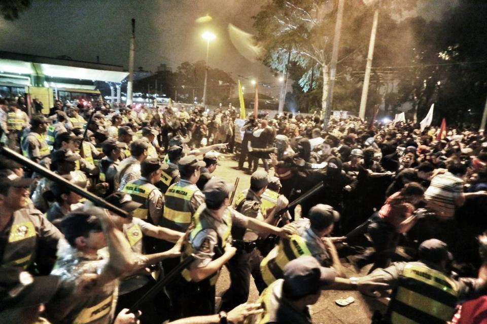 Manifestantes x políciais