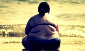 Mulher com obesidade sentada. (Foto: Reprodução)