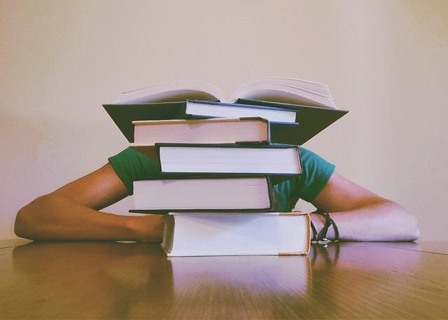 Livros um em cima do outro