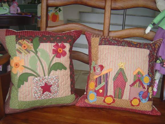 Almofadas de tecido.