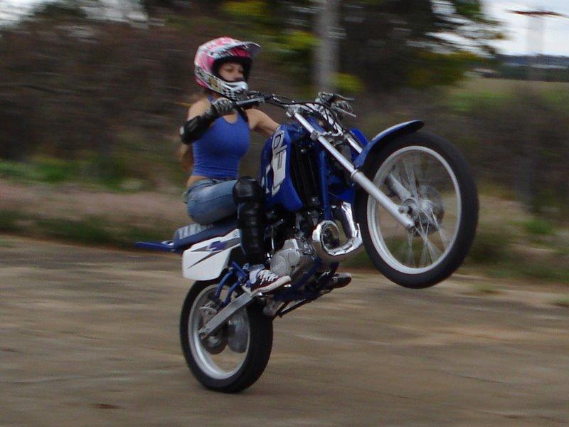 empinando uma moto