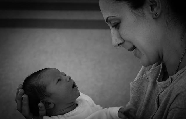 Mãe olhando para o seu bebê.