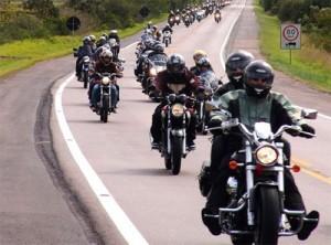 Motoqueiros nas estradas