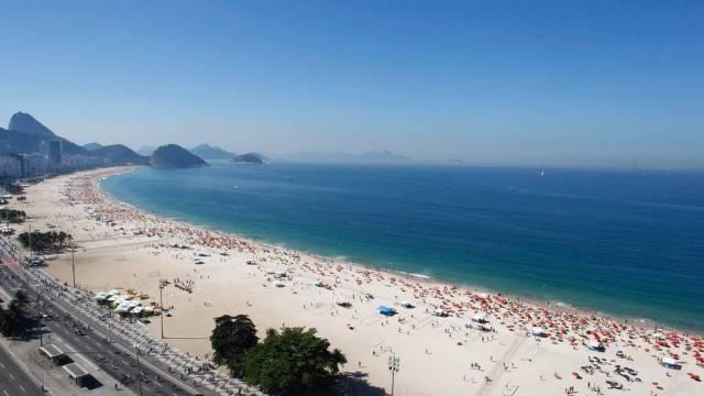 Praia de Copacabana localizada no Rio de Janeiro, uma das mais famosas do mundo