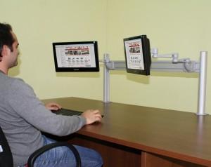 Suporte para 2 monitores com braço articulado.